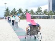 岘港首个海滩残疾人通道正式投入使用