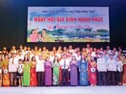 2016年越南家庭日:富寿省对家庭建设模范职工予以表彰