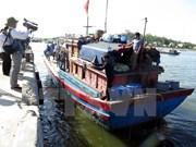 遭中国船只追赶导致沉船遇险的5名越南渔民安全上岸