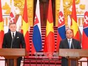 斯洛伐克总理罗伯特·菲乔圆满结束对越南的正式访问