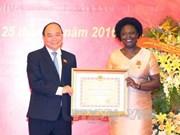 世行东亚与太平洋地区副行长维多利亚·克瓦荣获越南友谊勋章
