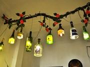 颜色耀眼的回收玻璃瓶让小咖啡馆别具特色