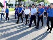 """胡志明市:数千名青年志愿者参加""""接力上学""""助学基金步行筹款活动"""