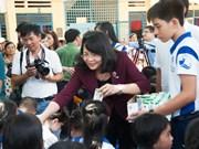 越南国家副主席邓氏玉盛出席向安江省儿童赠送牛奶活动