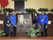越南国会主席阮氏金银会见全国445名模范青年代表