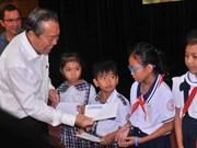越南政府副总理张和平向胡志明市占族贫困学生颁发奖学金