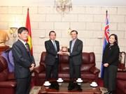 河内市祖国阵线委员会主席武鸿卿与旅澳越侨会面