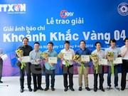 """第四届""""黄金瞬间""""新闻摄影奖颁奖仪式在越南国家通讯中心举行"""