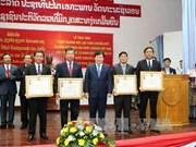 越南向老挝公共工程与运输部集体及个人授予独立和友谊勋章