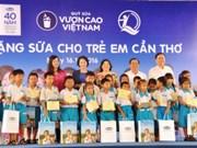 """""""越南长高""""牛奶基金会向芹苴市儿童赠送牛奶"""