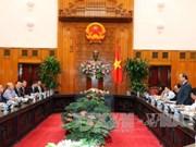 越南政府总理阮春福同越南中小型企业协会进行交谈