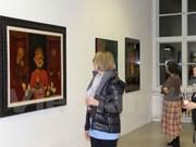 越南磨漆画展吸引德国观众的眼球