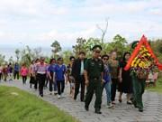 旅居泰国曾担任教师的越侨代表团回国访问(组图)