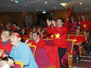 越南球迷们以不同的形式为越南U23足球队助威(组图)