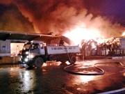 广宁省芒街市一家中国香港公司纤维厂遭火灾  东兴消防队前来营救(组图)