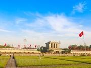 胡志明主席诞辰128周年:河内市巴亭广场上的升降旗仪式