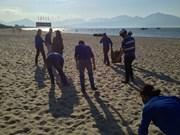 岘港市加强海岸边环保工作