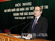 越南祖国阵线中央委员会主席阮善仁接触北江省选民