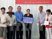 越南最高人民法院院长张和平向宁顺和平顺两省贫困学生赠送礼物
