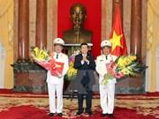 张晋创主席向晋升上将警衔的两位公安部副部长颁发决定