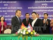 老挝政府副总理通论·西苏里会见越南外交部代表团