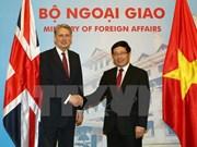 越南政府副总理兼外长范平明与英国外交大臣哈蒙德举行会谈