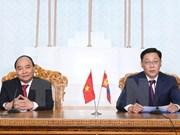 越南政府总理阮春福与蒙古国总理额尔登巴特举行会谈