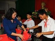 越南国家副主席邓氏玉盛向同塔省特困学生颁发助学金