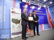 美国驻越大使向各最佳创业项目颁奖