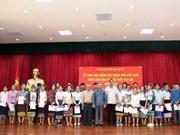 越南政府向旅居老挝越南侨胞儿女颁发奖学金
