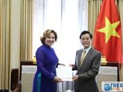 何金玉副部长接受哥伦比亚驻越代办递交任命书