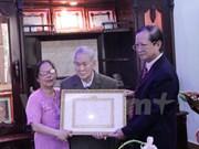 首位老挝越侨荣获65年党龄纪念章