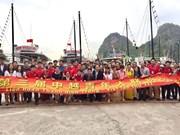 中国青年广宁省分团参观下龙湾(组图)
