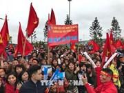 数万名越南球迷赴内排机场迎接越南足球队回国(组图)