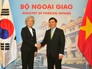 越南政府副总理兼外长范平明与韩国外交部长康京和举行会谈(组图)
