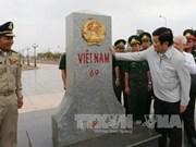 越南国家主席看望平福省禄宁边界县战士和同胞