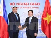 越南政府副总理兼外长范平明与菲律宾外长阿尔门德拉斯举行会谈