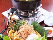 越南中部的传统菜肴:江叶酸鸡汤