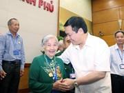 政府副总理王廷惠会见多农省越南英雄母亲与革命有功者代表