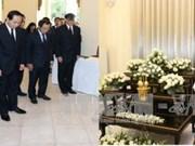 越南国家主席陈大光前往泰国驻越使馆吊唁泰国国王普密蓬逝世(组图)