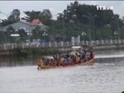 越南南部高棉族同胞为拜月节划船比赛做好准备