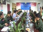 越南人民军代表向老挝人民军总参谋部通信局交接军需品