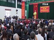 越共中央总书记阮富仲与河内市东英县和龙边区选民接触
