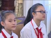 挝人民革命党中央委员会总书记、国家主席本扬•沃拉吉会见越南模范少年儿童代表团