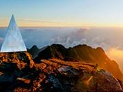 登上番西邦峰  欣赏千倾云海和日照金山(组图)