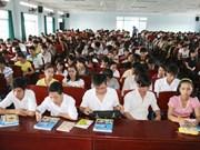 就业市场竞争激烈 大学生靠打工挣钱创业