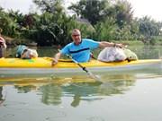 会安古镇独特的划皮划艇打捞垃圾项目