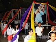 乂安省举行游行活动  高举胡主席照相