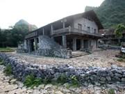 高平省岱依族同胞独具一格的石头高脚屋