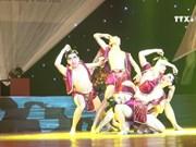 向广大人民群众介绍滑稽舞蹈艺术